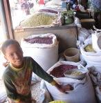 Kigali Market, boy w grain