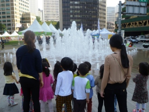 Seoul city hall kids watch fountain, POV