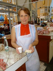 Besarabsky Mkt, woman offers vodka & white bacon 2